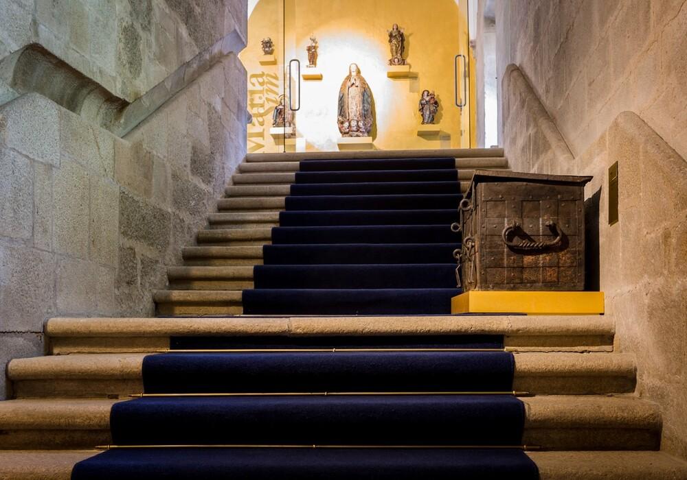 Escadaria com um baú